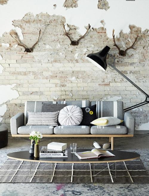 coole Grunge Interior Designs sofa grau kissen verschiedene formen tisch oval