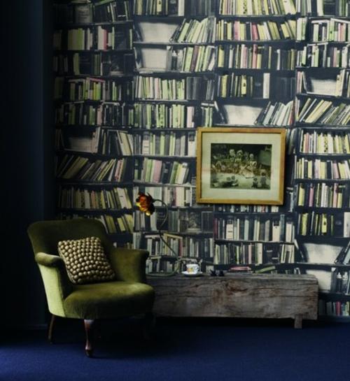 coole Tapetenmuster die Bücherregale nachmachen sessel dunkelgrün sessel