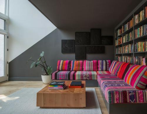 coole wandgestaltung mit farben geometrisch in schwarz und bunt gemusterte couch