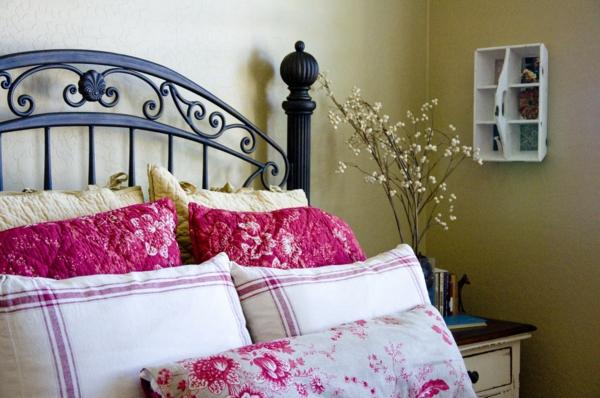 das private gästezimmer neu gestalten bettwäsche rosa weiß blumenmuster