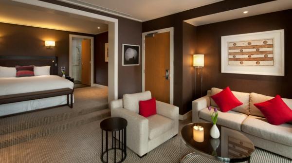 das private gästezimmer neu gestalten sofas kissen rot