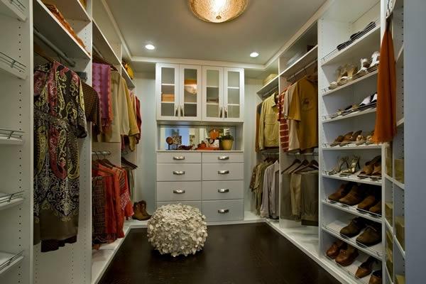 den kleiderschrank organisieren geräumig und gemütlich