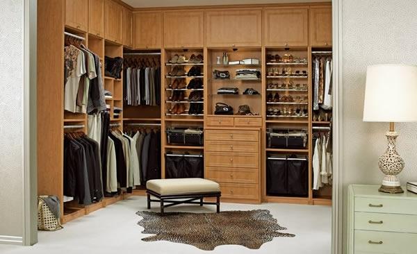 den kleiderschrank organisieren helles holz fellteppich