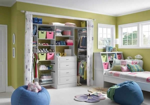den kleiderschrank organisieren in bunten pastellfarben für kinder