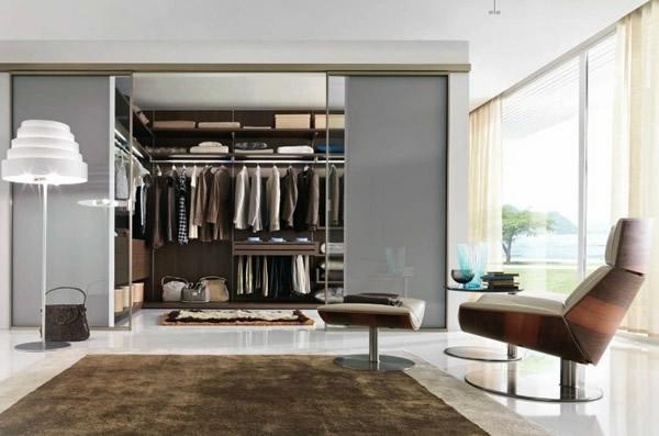 den kleiderschrank organisieren mit grauen türen aus glas