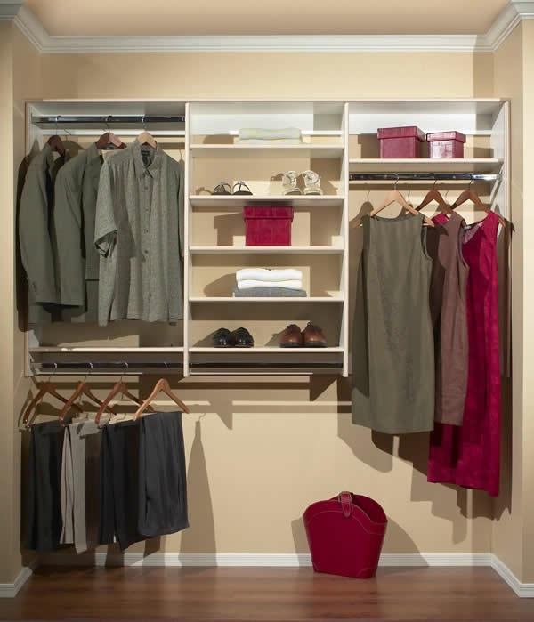 den kleiderschrank intelligent organisieren schlichte eleganz mit magentaroten akzenten