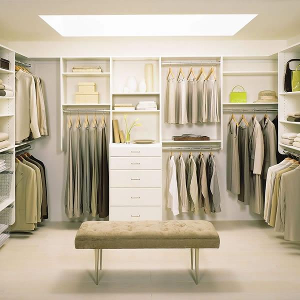 den kleiderschrank organisieren weichgepolsterte sitzbank grüne nuancen