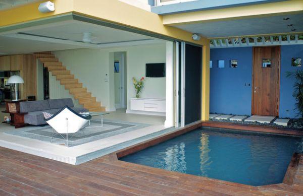 designer coconut stuhl kleiner pool auf der überdachten terrasse