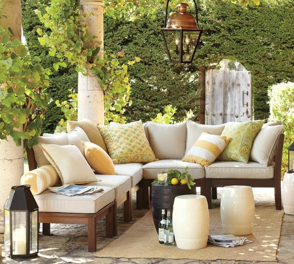 die perfekten outdoor möbel aus nussbaumholz hell gepolstert viele dekokissen