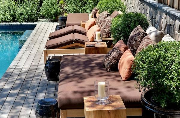 die perfekten outdoor möbel bequeme liegen in braun und dunkelorange am pool