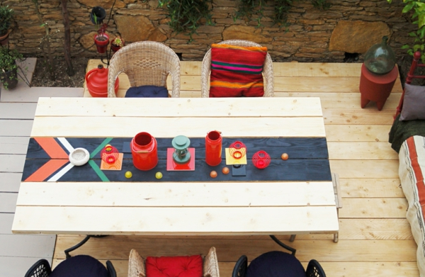 die perfekten outdoor möbel bunt gestreifte kissen und gegenstände