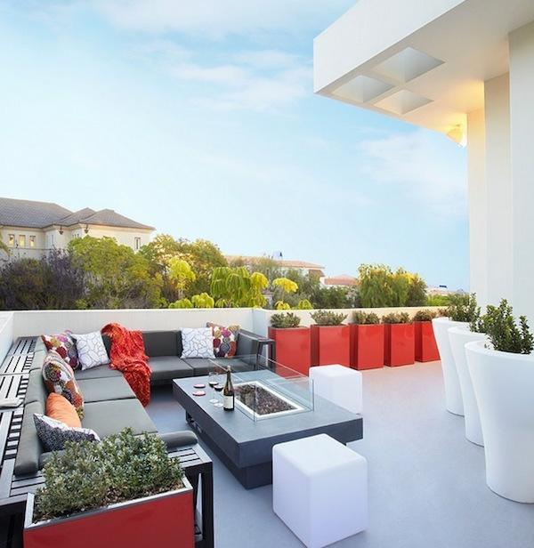 die perfekten outdoor möbel in arbeitsgrau überdimensionale blumenkübel rot und weiß