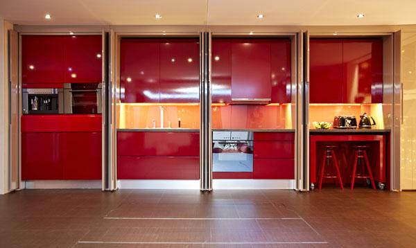 ein Yo!Home Apartment aufbewahtung mobiliar rot oberflächen
