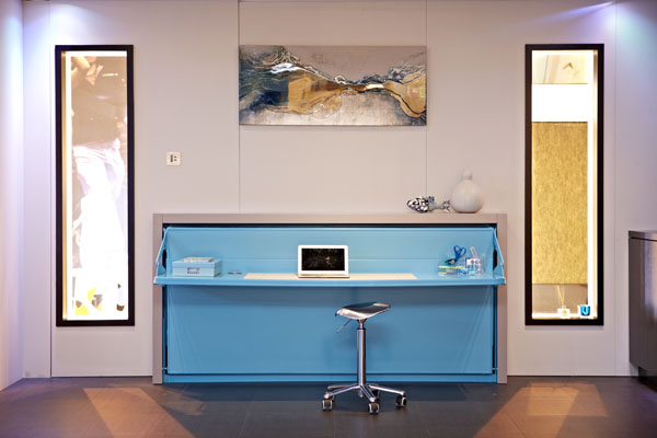 ein Yo!Home Apartment home office blau schreibtisch barstuhl metall