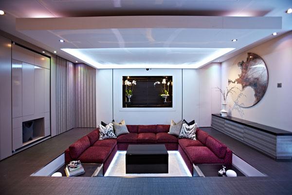 ein Yo!Home Apartment sofas rot kissen tisch schwarz wohnzimmer
