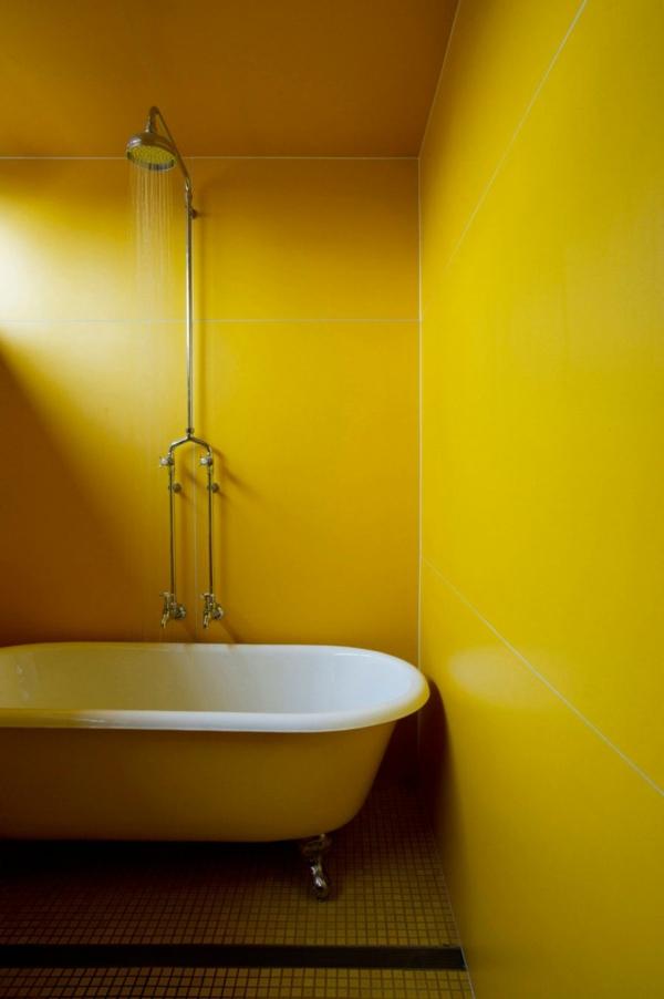 ein eklektisches haus zitronengelbes bad mit freistehender badewanne