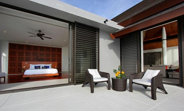 exotische villa bequeme sessel weich gepolstert auf der veranda