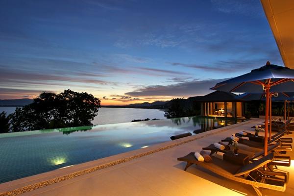 exotische luxus villa entspannte abendliche atmosphäre am pool
