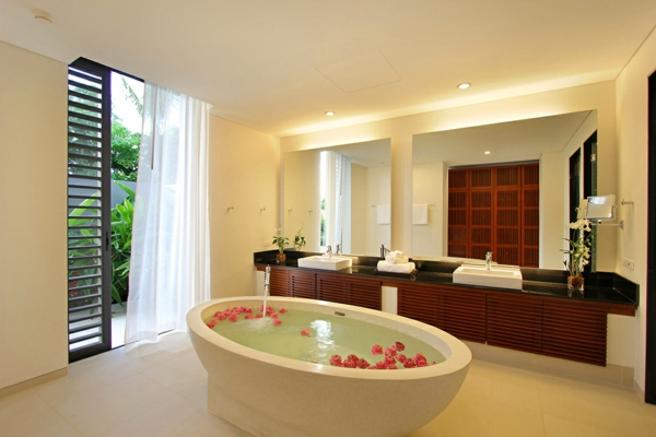 exotische luxus villa freistehende ovale badewanne mit rosa blüten
