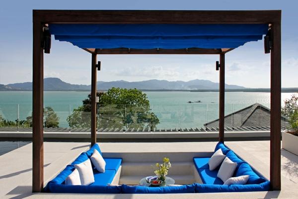 exotische luxus villa lounge mit betthimmel in kobaltblau