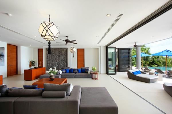 exotische luxus villa teakholz möbel und geräumige sofas in arbeitsgrau
