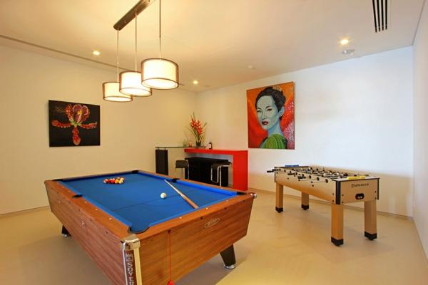 exotische luxus villa unterhaltungsraum mit frauenporträt