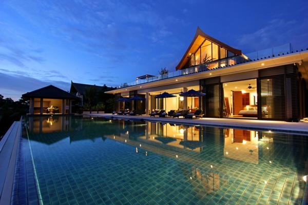 exotische luxus villa wasserspiegelung in der nacht