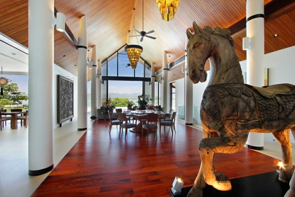 exotische luxus villa wertvolle pferdstatue capiz kronleuchter