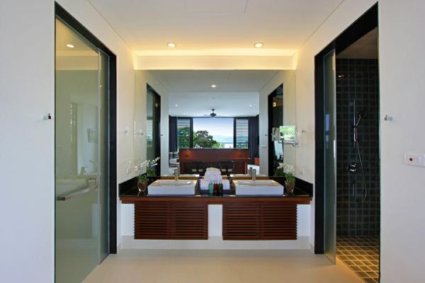 exotische luxus villa zweier waschbecken aus weißer keramik und großer wandspiegel