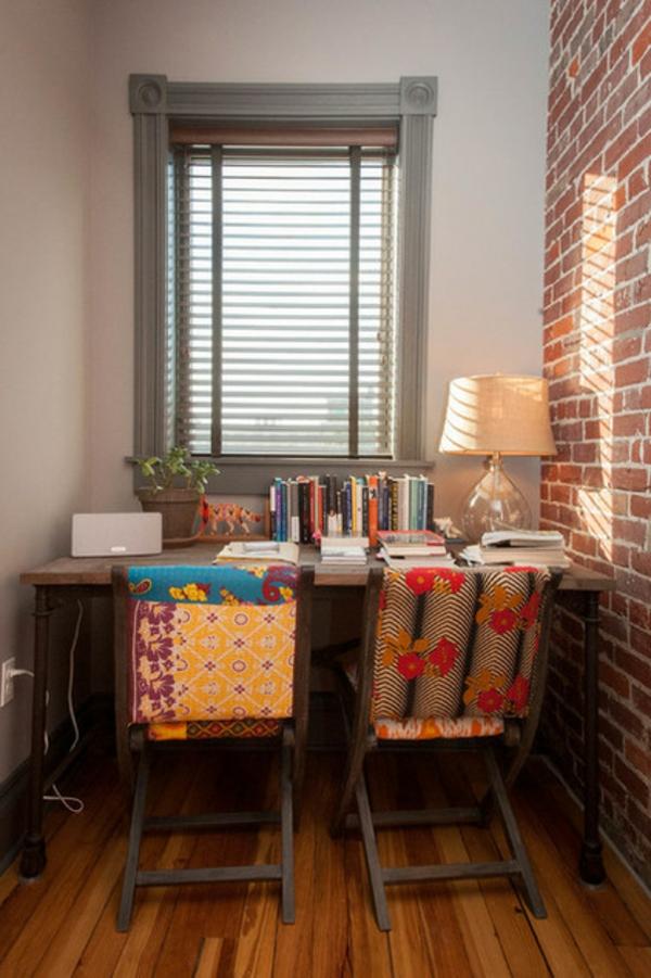 fülle von farben und texturen bunte klappstühle ziegelwand