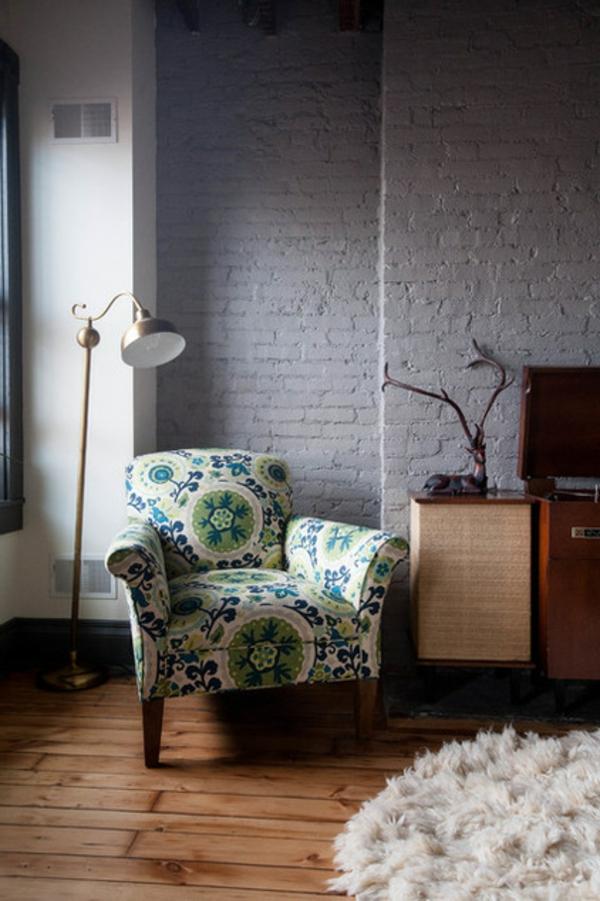fülle von farben und texturen kuschelweicher teppich und retro sessel