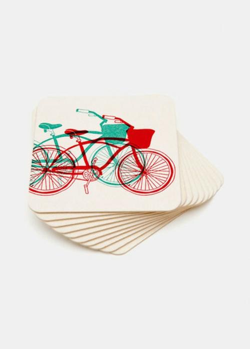 fahrräder als sommerdeko bunte bierdeckel