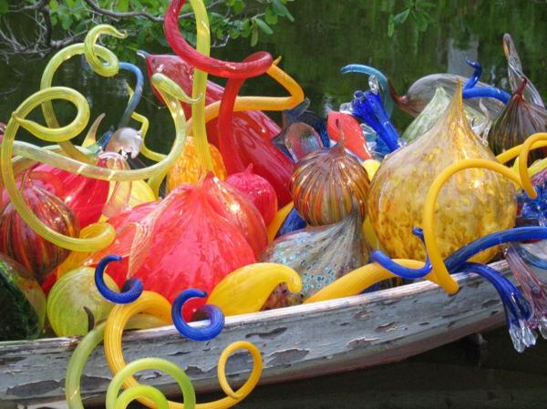 fantastische dekoration aus glas fest der farben im boot
