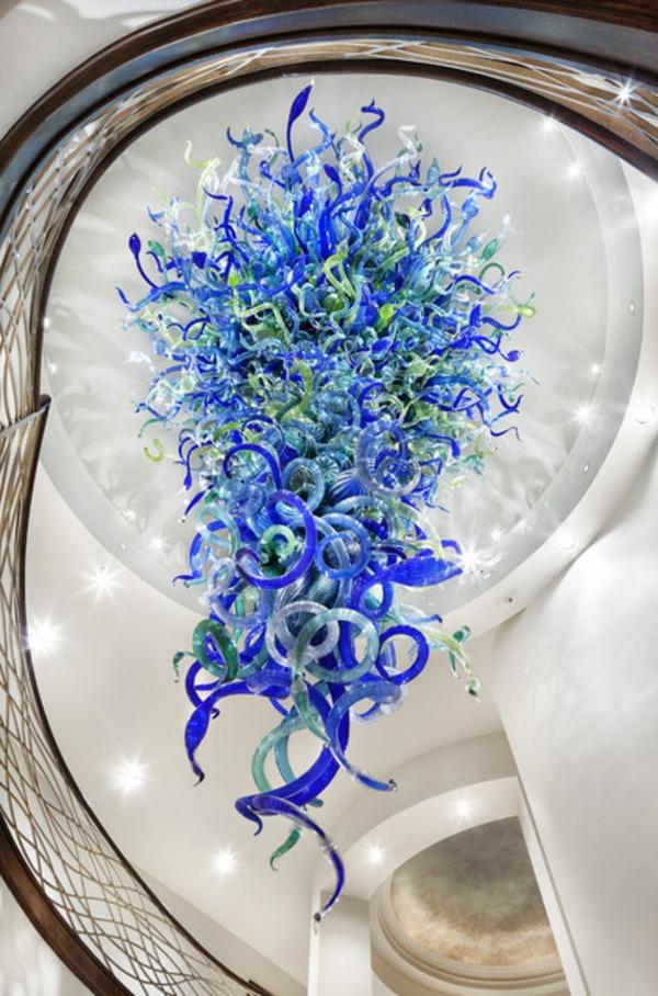 fantastische dekoration aus glas in kobaltblau und grün