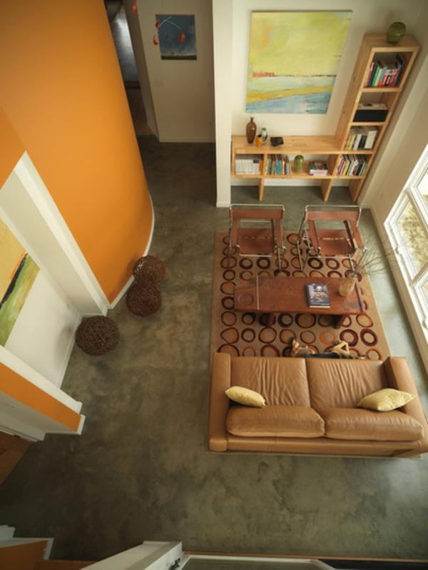 farben für die zierleisten orange gelbe wand nussbaumholz beistelltisch und stühle