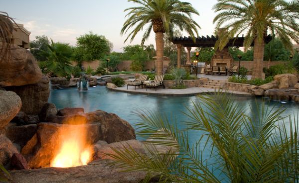 feuerstellen pool pflanzen palmen exotisch design garten - Eine Feuerstelle Am Pool
