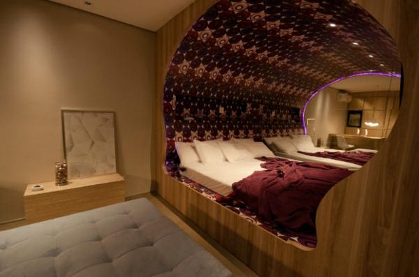 futuristische schlafzimmer designs edle weinrote und dunkellila töne