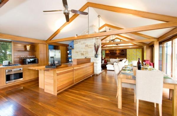 gemütliches ferienhaus massiver esstisch und elegante kücheninsel