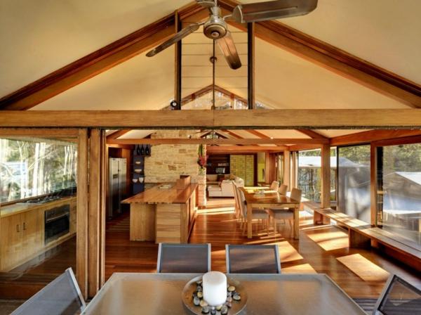 gemütliches ferienhaus quadratischer tisch und stühle aus metall und glas