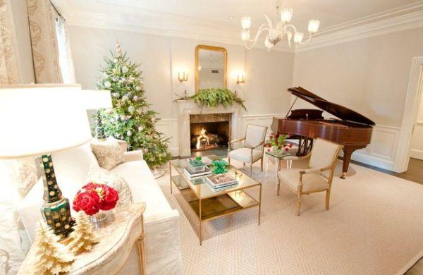 goldene akzente klavier und weihnachtsbaum