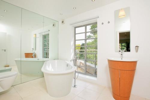 gut designtes Badezimmer fliesen badewanne spiegel wand waschschrank