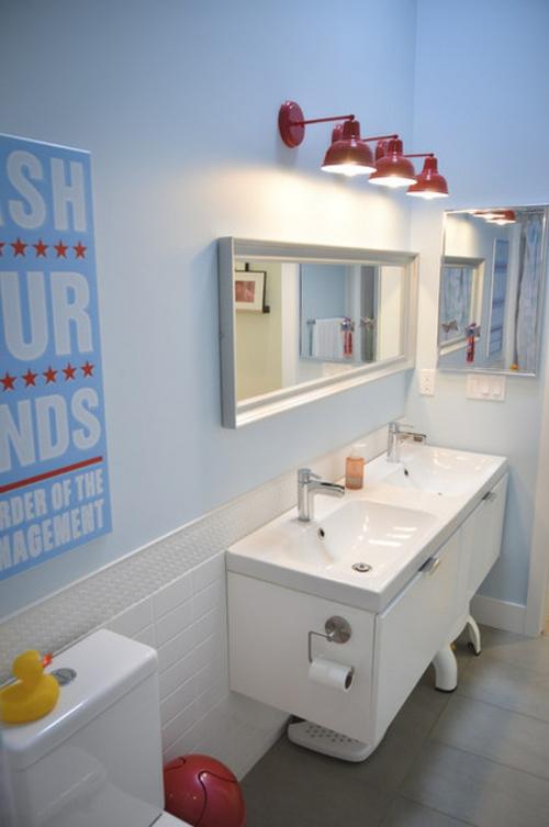 gut designtes Badezimmer rot weiß blau farben kombiniert wandlampen