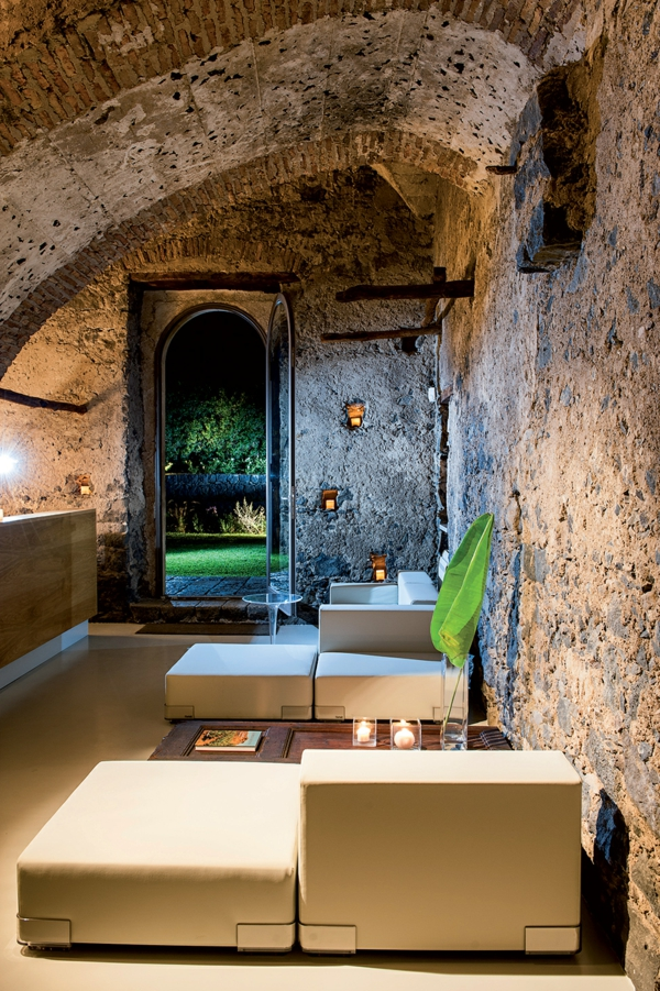 historisch-architektur-modern-design-hotel-sizilien-bequem-sofas-cremig