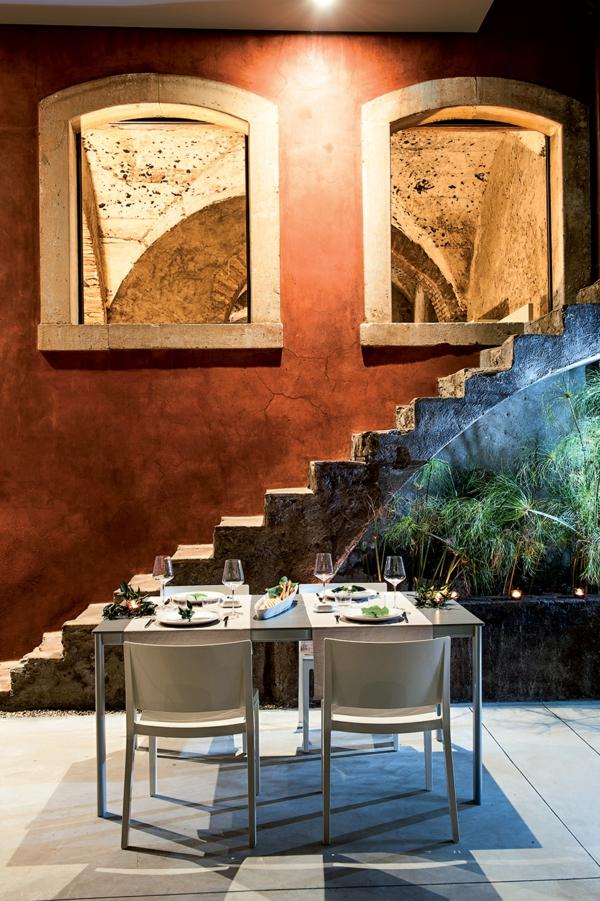 historisch architektur modern design hotel sizilien sitzecke draußen treppe