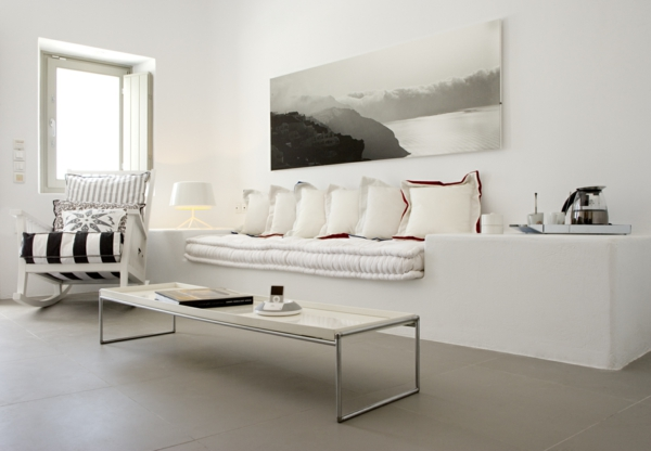 inneneinrichtung in weiß sofas auflagen kissen niedrig couchtisch