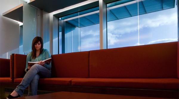 intelligente fenster designs geräumige couch
