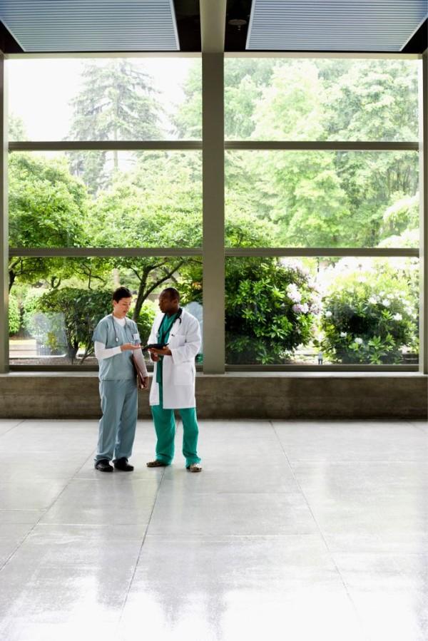 intelligente fenster design im krankenhaus mit blick zum garten