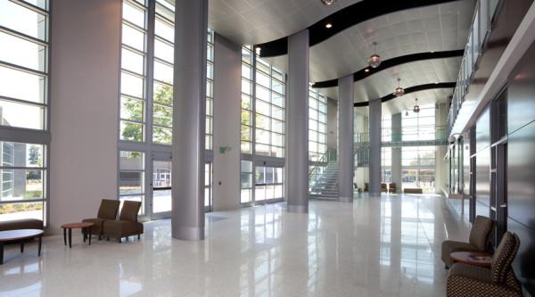 intelligente fenster designs wellenartige decke und massive säulen