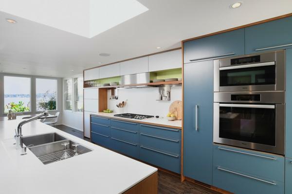 schickes küchen design saubere linien taubenblaue schränke