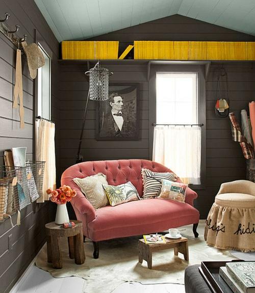 klassisch auffallend haus office design sofa rosa kissen nebentisch holz
